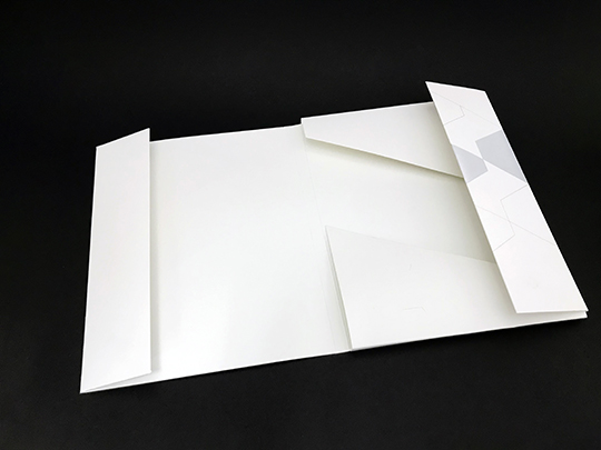 CAPACITY FOLDER WITH MAGNETIC CLOSURE